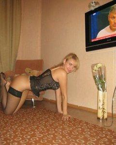 Молодая и сексуальная блондинка сфоткалась в чулках