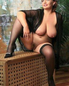 Сексуальные мамочки с большими сиськами оголяют письки