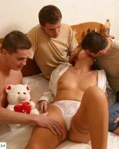 Трое молодых парней попали на минет к зрелой тетке