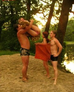 Голые свингерши веселятся на пляже с крутыми парнями