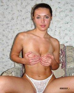 Домашняя девушка в белых трусиках показала большие сиськи