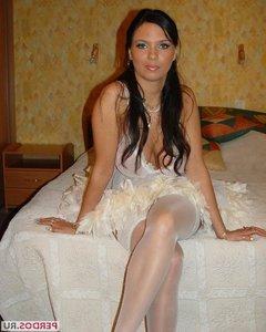 Сексуальная темноволосая невеста побрила письку перед первой брачной ночью