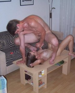 Домашние телочки трахаются с парнями в резинке