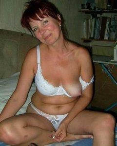 Домохозяйки в чулках на кровати прогибаются и раздеваются перед сексом