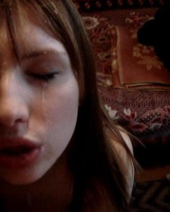 Милая студентка в чулочках в сетку отсосала со спермой на лицо
