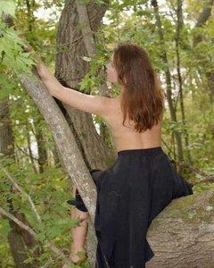 Голая молодая куртизанка оголяет свою вагину на природе