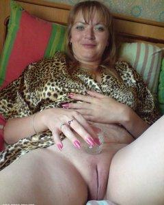 Сексуальные зрелые сучки растягивают свои вагины