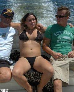 Толстую девчонку поимели в два отверстия на лодке