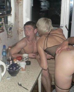 Друзья поимели пьяную блондинку на кухне