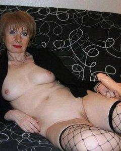 Горячие зрелые женщины готовы показать большие сиськи