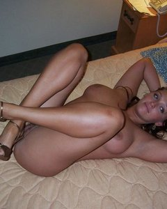 Голые барышни ждут секса с раздвинутыми ножками
