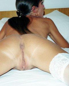 Секси мама в белых чулках показывает свою сочную письку