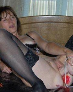 Шаловливые молодые девчонки работают с секс игрушками