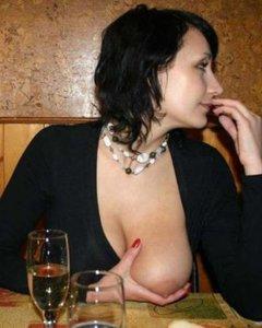 Горячая штучка Настя хвастает своей розовой рабочей вагиной