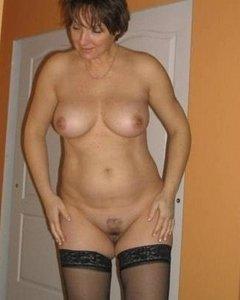 Зрелые мамашки в чулках позируют голыми и любят сосать