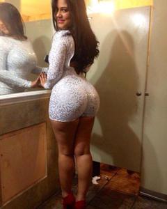 Фотограф снимает большие попки девушек на вечеринках