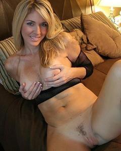 Сочные мамочки оголяют огромные сиськи на камеру