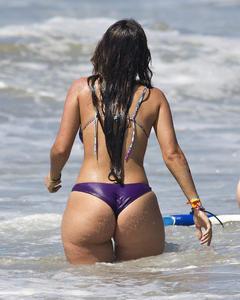 Туристки показывают толстые жопы на пляже