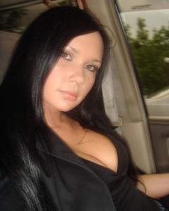 Русская девушка в белых чулках дрочит вагину на застеленной кровати