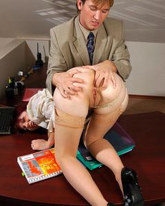 Начальник размял задницу секретарше и трахнул её на рабочем столе