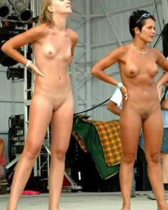 Голые девушки веселятся на фестивале нудистов