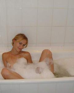 Худая девушка принимает ванну перед парнем