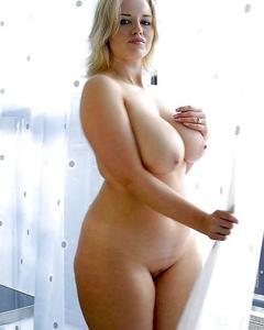 Женщины средних лет позируют голышом в разных местах и позах