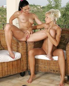 Лесбиянки порадовали друг дружку фаллосом в анус на плетёных креслах
