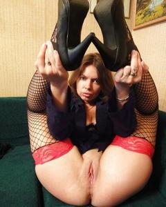 Русская девка в чулках раздвигает вагину и позирует без одежды