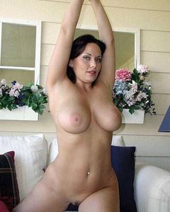 Зрелые жены трахаются и позируют голыми для мужей