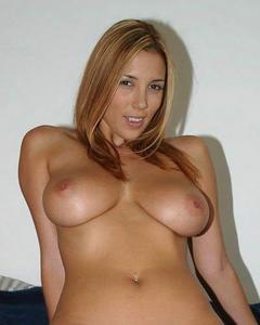 Молодые телки показывают голые титьки