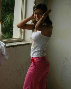 Молодая красотка разделась догола в заброшенном здании