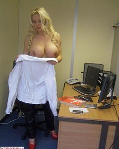 Секретарша показала голые дойки на рабочем месте