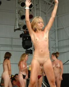Пьяные студентки показывают голые сиськи на вечеринках