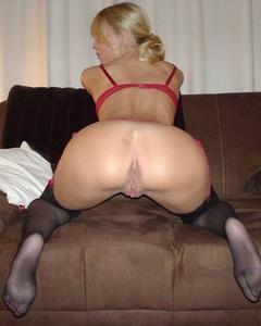 18-летняя блондинка показывает дома голые титьки