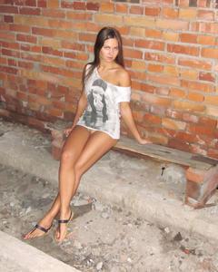 Развратная девушка показала голую киску в заброшенном здании