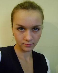 Русская девушка эротично снимает одежду у себя дома