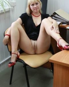 Зрелая блондинка сняла трусики на рабочем месте
