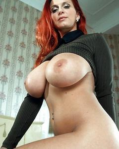 Привлекательные женские формы в неглиже