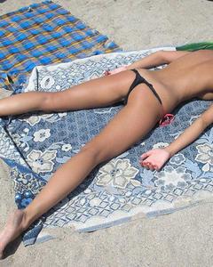 Молодая шалунья блещет сиськами на побережье