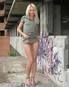 Раскованная блонда прогуливается нагая по стройке