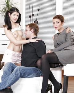 Две секретарши отдались начальнику в офисе
