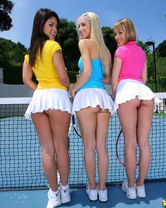 Сексуальные лесбиянки раздеваются и целуются на теннисном корте