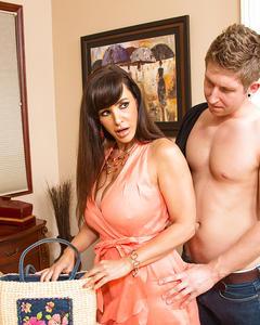 Молодой любовник трахнул сочную жену соседа у неё дома