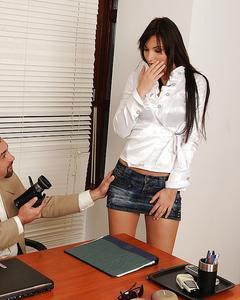 Красотка снимает с себя одежду в офисе и трахается на столе