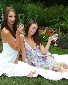 Пьяные девушки засовывают бутылки в вагины на пикнике
