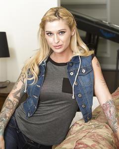 Татуированная звезда Клео Валентайн оголила большие груди и попу