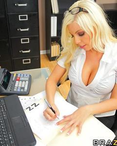 Секретаршу в чёрных чулках трахает начальник в офисе
