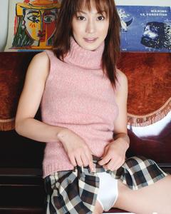 Молодая азиатка показывает тело возле пианино и на кожаном диване