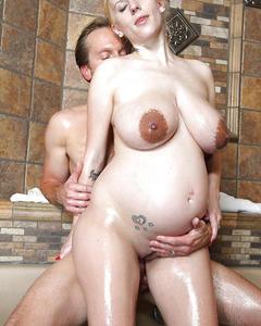 Мужик трахает беременную Haley Cummings в ванной
